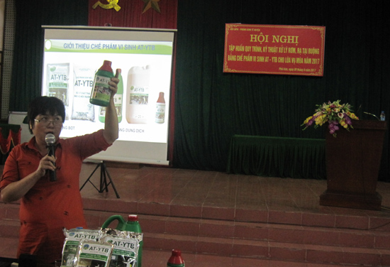Đ/c Nguyễn Thi Minh- GĐ Công ty TNHH Môi trường và Dịch vụ TMH Hải Phòng giới thiệu về chế phẩm vi sinh AT - YTB cho hội viên phụ nữ