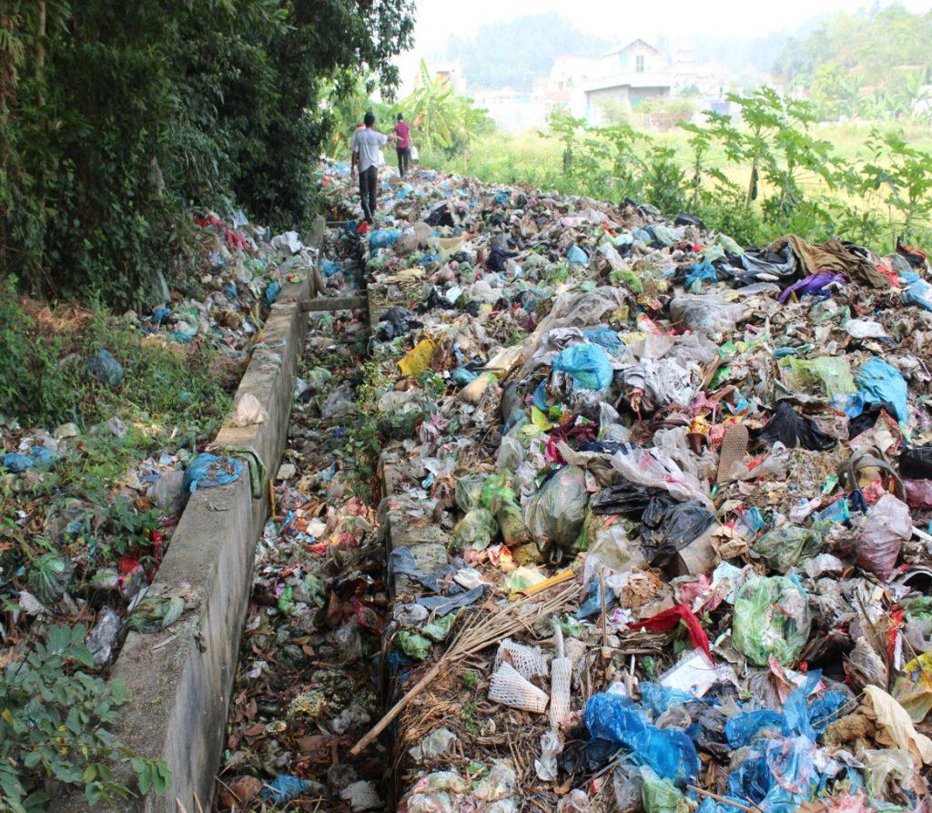 Hiện trạng con đường rác gây ô nhiễm cho người dân xung quanh.