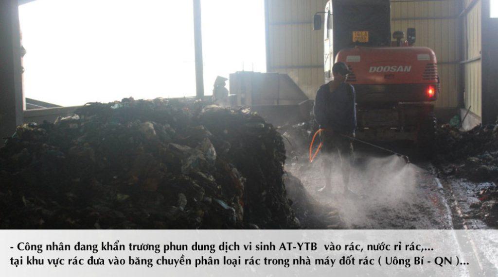 Công nhân sử dụng bình phun để phun chế phẩm lên toàn bộ khu vực trong nhà máy