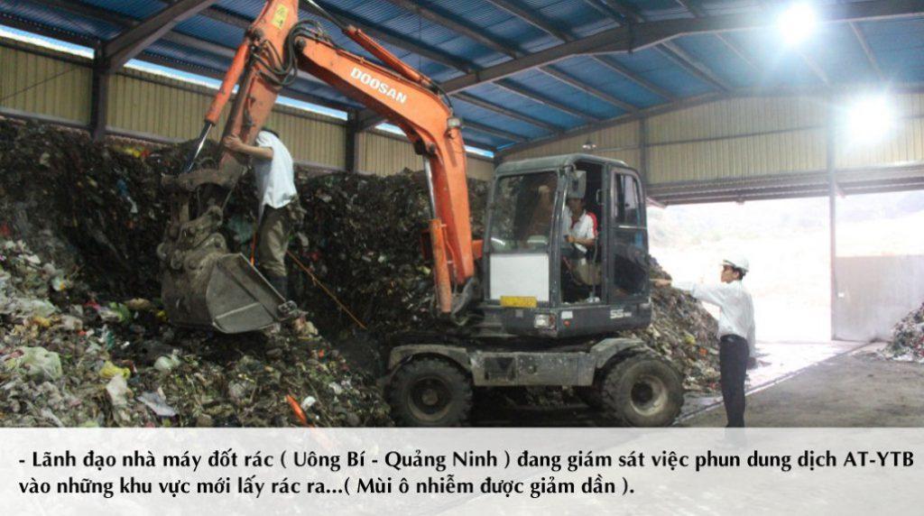 Lãnh đạo nhà máy chỉ đạo công nhân thực hiện việc sử dụng chế phẩm