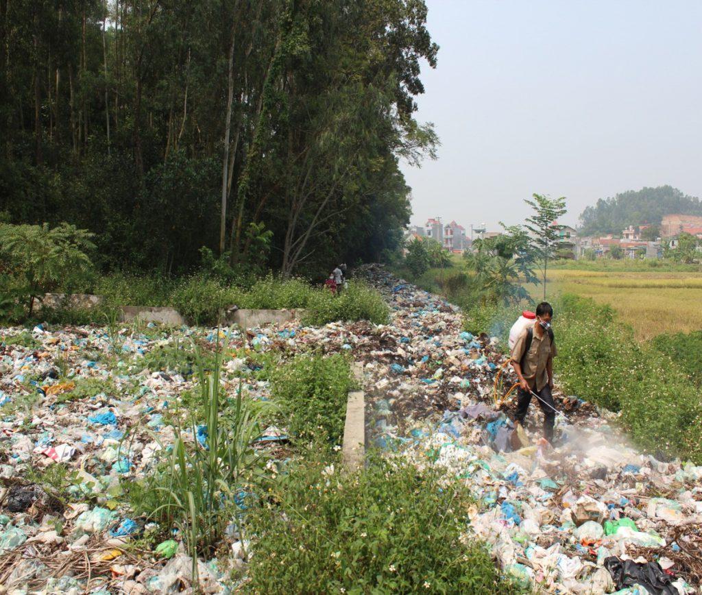 Phun khử mùi bằng chế phẩm vi sinh AT-YTB lên khu vực rác