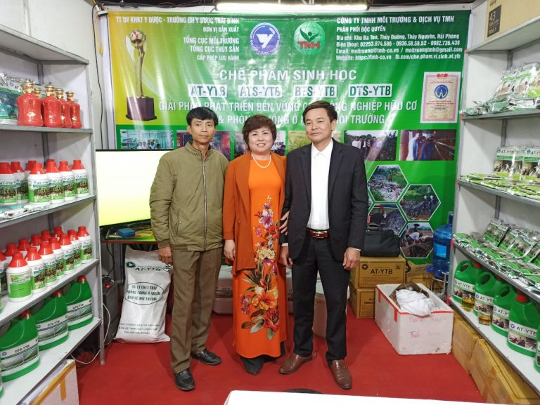 Giám đốc Phòng nông nghiệp Huyện Kim Thành, Hải Dương tham quan gian hàng
