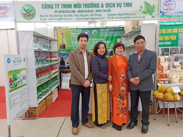 Trưởng phòng kinh tế Thị Xã Kinh Môn đến thăm gian hàng vào trao đổi với lãnh đạo Cty TMH