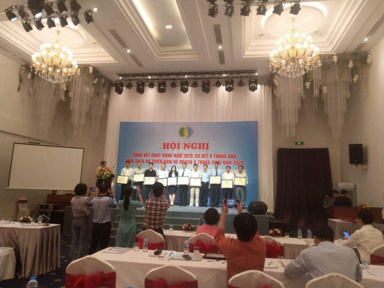 Khen thưởng các cá nhân, tập thể đã có các hoạt động tích cực. Tặng giấy chứng nhận các thành viên mới của Hiệp hội chăn nuôi gia cầm Việt Nam