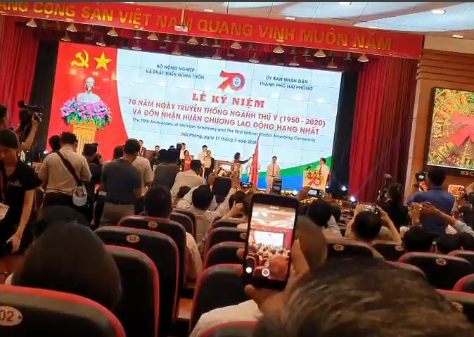 Phó Chủ tịch Cty Hà Nam chụp ảnh lưu niệm cùng Giám đốc cty môi trường TMH