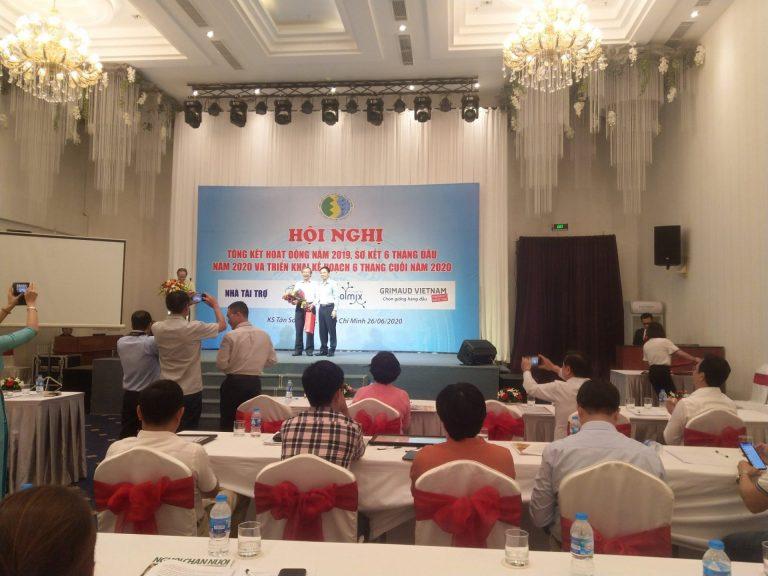 Chủ tịch Hiệp hội chăn nuôi gia cầm Việt Nam tặng quà lưu niệm cho Ông Dư Xuân Tuyển nhân dịp ông kết thúc công tác sau 35 năm cống hiến cho ngành chăn nuôi gia cầm.